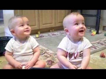 Drôle : Bébés Jumeaux imitent leur papa